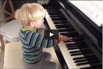 """Video: der Kleine (3 Jahre) spielt sein erstes Stück aus """"Klavierzwerge"""""""