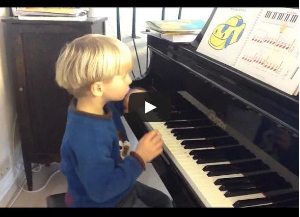 Video: Timmi spielt jetzt auf den weißen Tasten!