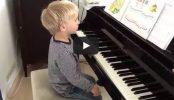 """Der Kleine stellt die """"Klavierzwerge 2"""" vor und spielt """"Der Ritter"""""""